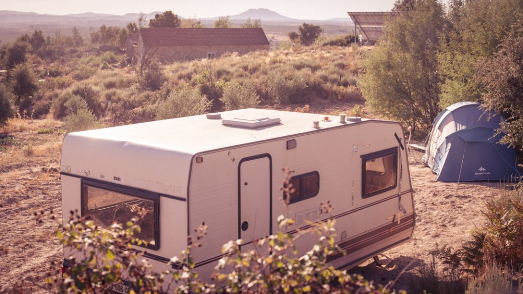 This caravan features a compartment with a double bed as well as another compartment with table and chairs that can also fold out to a second double bed. Perfect if you need time to study or want to share with friend(s)